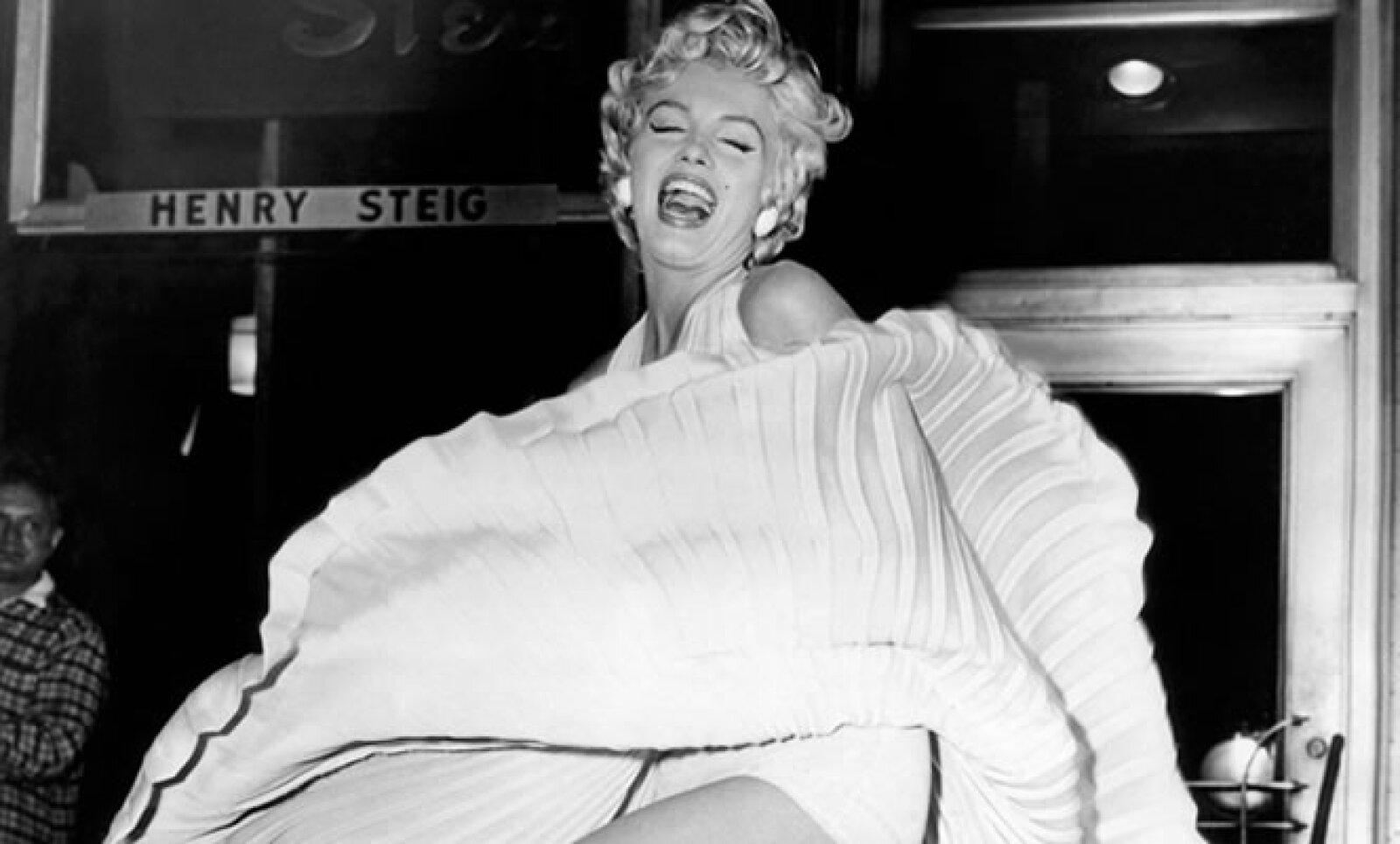 Norma Jeane Mortenson, mejor conocida como Marylin Monroe, cumple este domingo 50 años de haber fallecido. Aquí, un pequeño homenaje fotográfico a la mujer de cabellera rubia más famosa de su época.