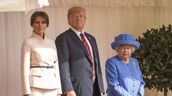Melania y Donald Trump junto con la reina Isabel II