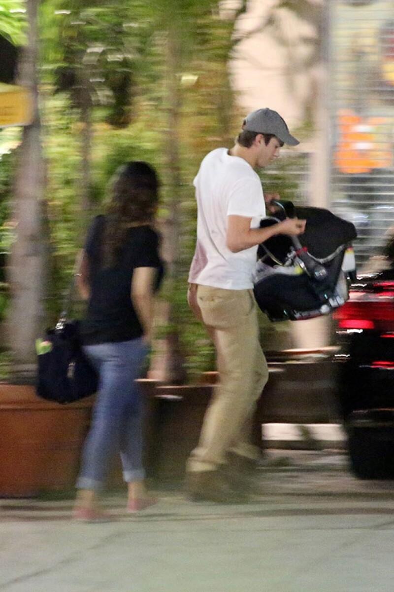 La pareja ocultó a su bebé a su salida del restaurante.