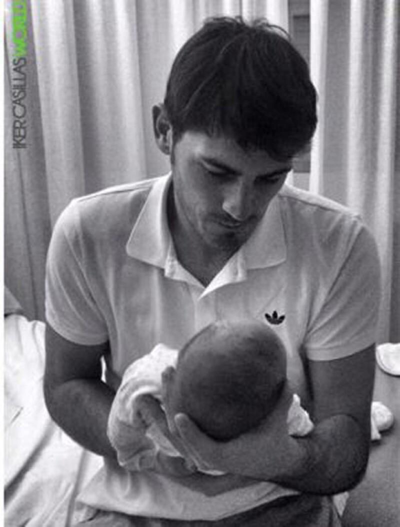El portero del Real Madrid compartió una tierna imagen en la que vemos admirado a su pequeño Martín mientras lo sostiene en sus brazos.