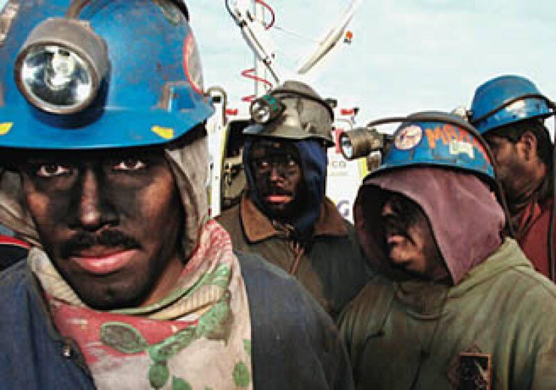 El trabajo duro y peligroso del minero es medianamente bien retribuido. (Foto: Especial )