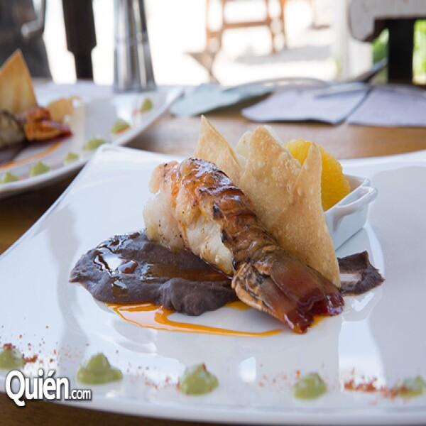 Cola de Langosta en mantequilla clarificada y al carbón,puré de frijol negro de Oaxaca,Ajill,crema de agucate,pico de gallo,crujiente de harina y tortilla de harina delgada por el chef Thierry Blouet