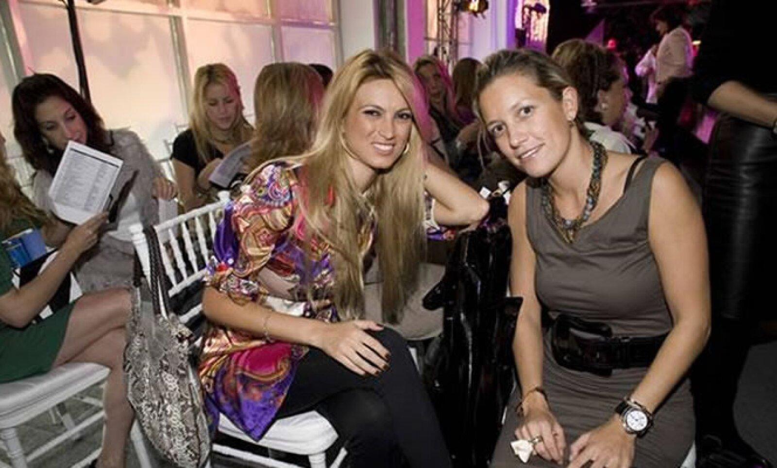 A María Elena, la novia, le gusta la moda de Dior, Valentino y Gucci. Según la revista Quién, en marzo viajó a Nueva York, donde le gustó un vestido de novia de 80 mil dólares, pero le pareció caro. Aquí, en un desfile de Saks con Emilce Carrill.