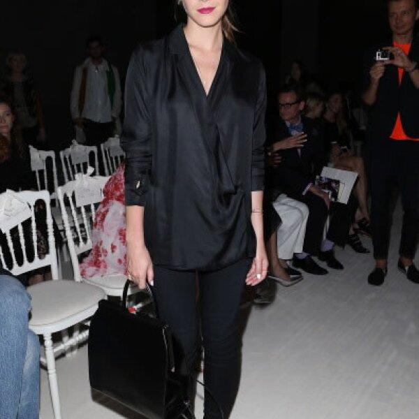 En el show de Giambattista Valli, la actriz usó un outfit monocrómatico que contrastó con un elegante lipstick rojo cereza.