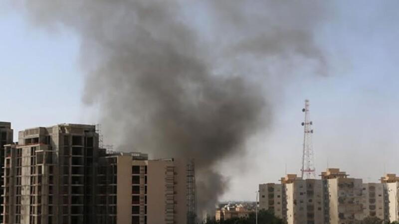 Humo negro se eleva sobre el Aeropuerto Internacional de Trípoli este domingo, consecuencia de enfrentamientos entre milicias rivales