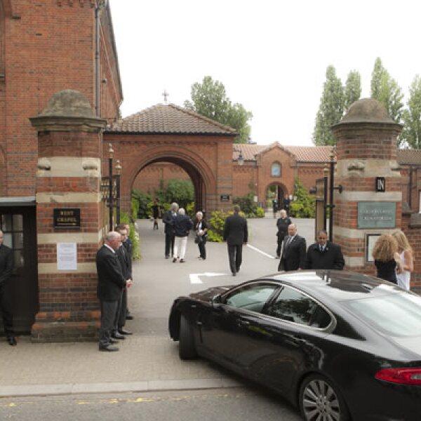 Familiares y amigos despidieron este martes los restos de Amy Winehouse en una ceremonia realizada en la intimidad en Londres.