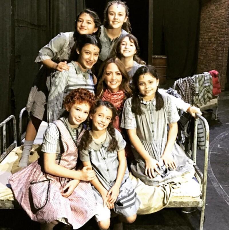 Andrea Legarreta estuvo presente en varias funciones de la puesta en escena `Annie, el musical´.