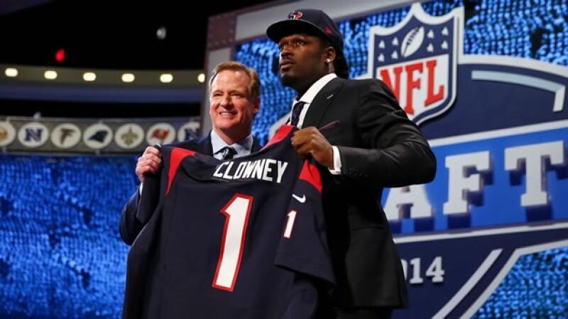 El comisionado de la NFL Roger Goodell posa junto a la primera selección general del draft de la NFL