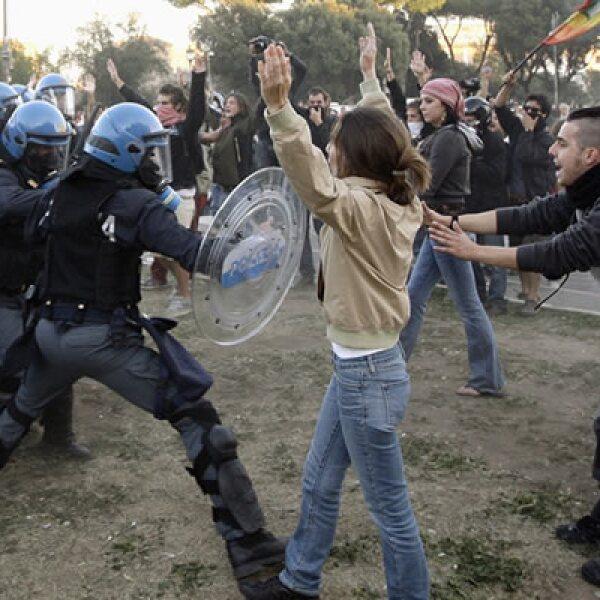 Los violentos enfrentamientos ocurridos en la capital italiana dejaron como saldo 135 heridos y al menos un millón de euros por daños, según autoridades.