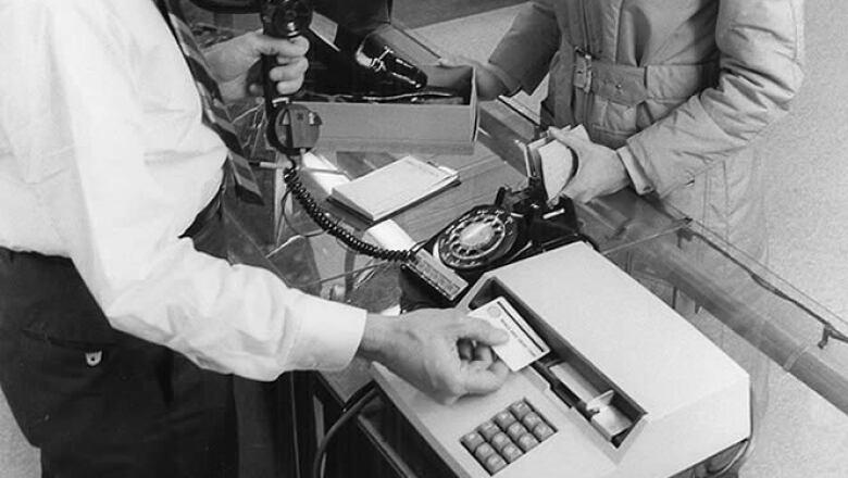Los laboratorios de IBM desarrollaron las tiras magnéticas de las tarjetas de crédito.