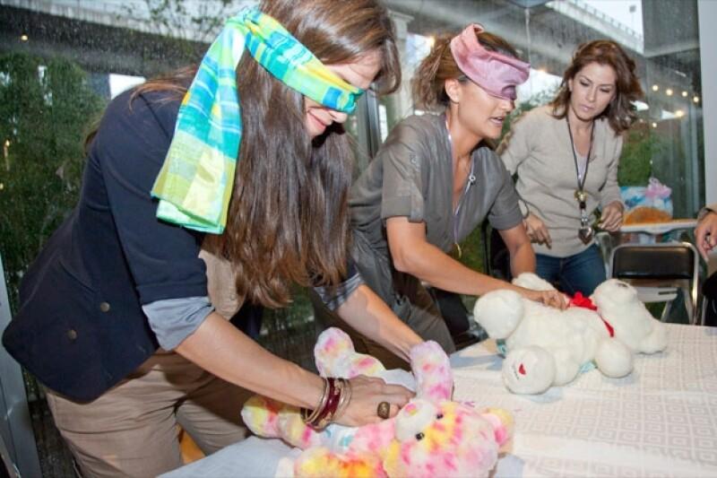 Las participantes tuvieron que cambiarle el pañal a un oso.