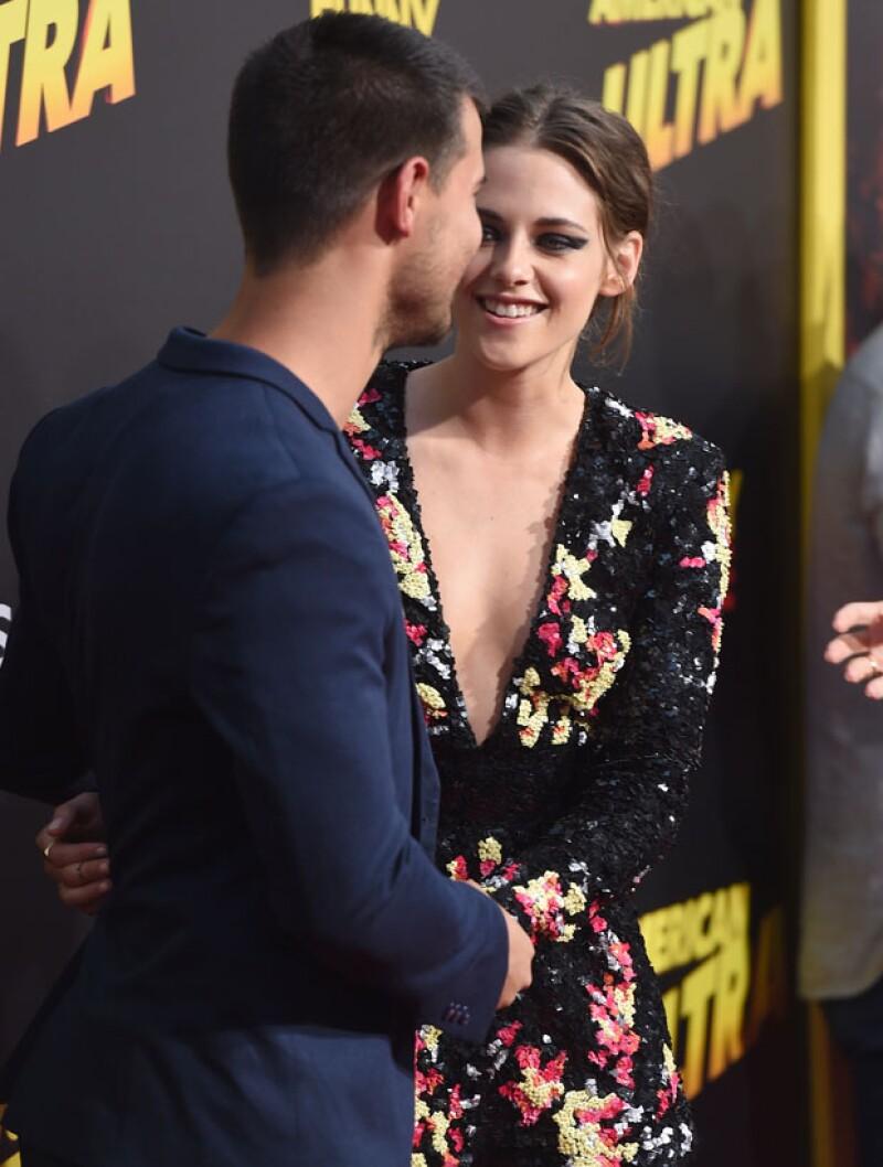 En las películas, sienten amor uno por el otro, sin embargo ella termina con Edward (Robert Pattinson)