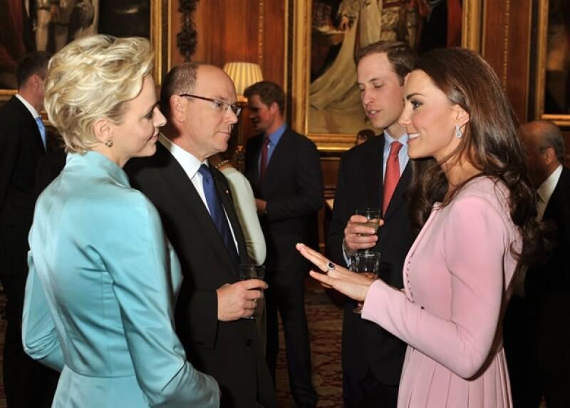 Kate y Guillermo platicando con Alberto y Charlene de Mónaco.