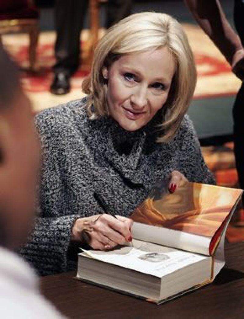"""La famosa autora de Harry Potter estrenará su nuevo libro, """"The Tales of Beedle the Bard"""" el jueves."""