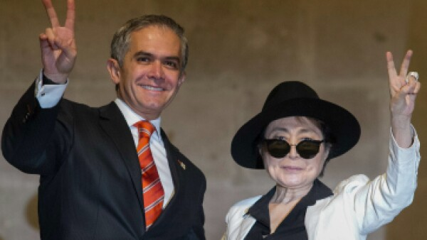 El jefe de gobierno y la artista plástica japonesa en la ceremonia de nombramiento. (Foto: Cuartoscuro)