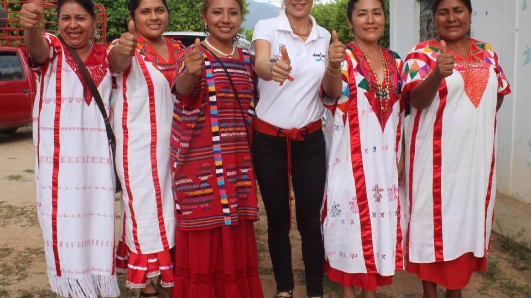 La esposa del candidato del PRI en Oaxaca, Alejandro Murat, suele portar prendas típicas de la región en sus eventos.
