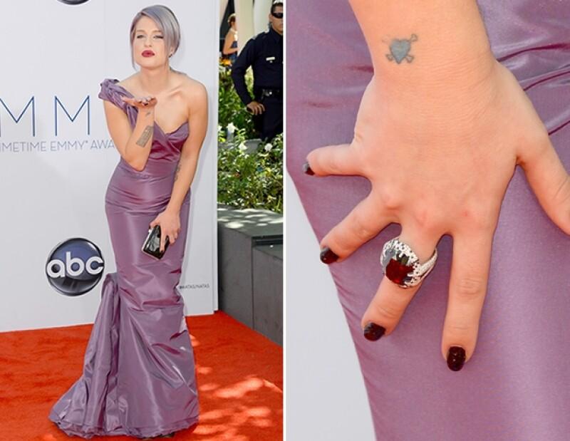 La conductora de E! usó un vestido lila de Zac Posen y joyas de Martin Katz.