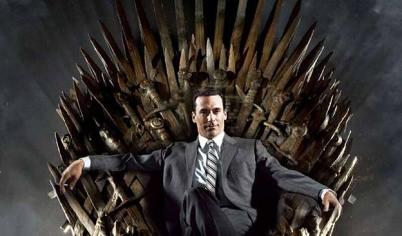 """El actor de Mad Men no pudo evitar """"sentarse"""" en el trono de hierro de Game of Thrones, serie con la que compite en la categoría Mejor Serie Drama."""