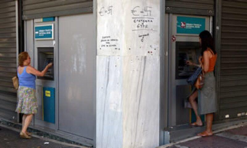 Los cajeros sólo permiten retirar 60 euros diarios. (Foto: Reuters )