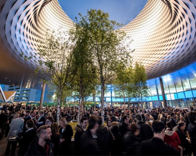 El edificio que alberga a la feria fue remodelado en 2013 por la firma de arquitectos Herzog & de Meuron.