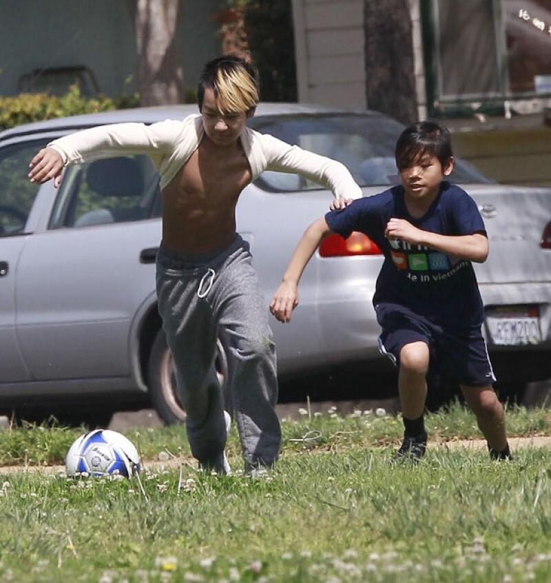 Los hijos adoptivos de Angelina Jolie fueron captados jugando futbol en un parque de Los Ángeles, los cuatro hermanos restantes brillaron por su ausencia.