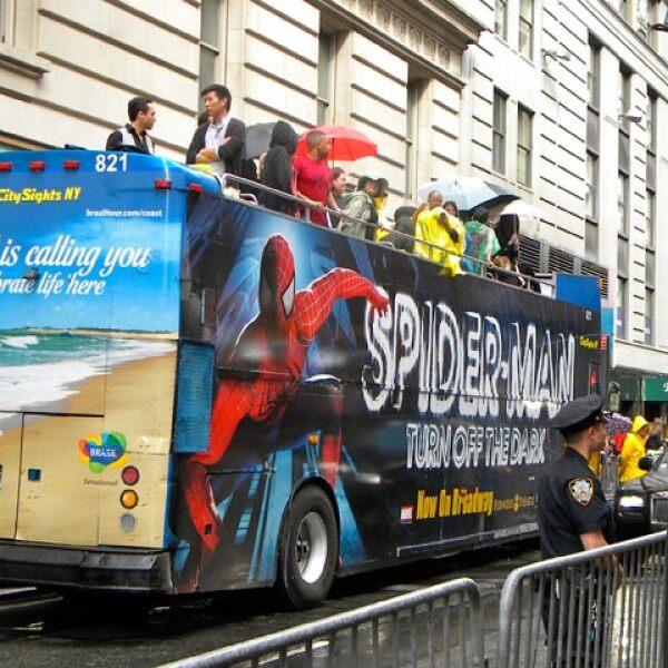 Un camión de `araña fans´ apostados frente a la alfombra roja. Los 20 suertudos que pudieron subirse al camión `araña´