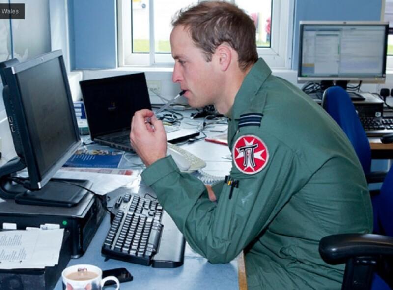 También pasa tiempo frente a la computadora checando reportes.