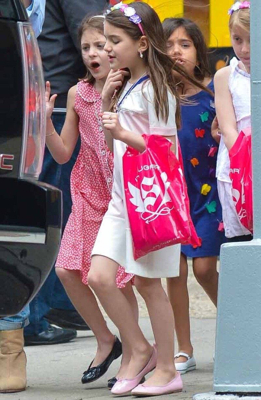 La hija de Katie Holmes y Tom Cruise salió a pasear a las calles de Nueva York con un grupo de amigas, comandado por su guapa mamá.