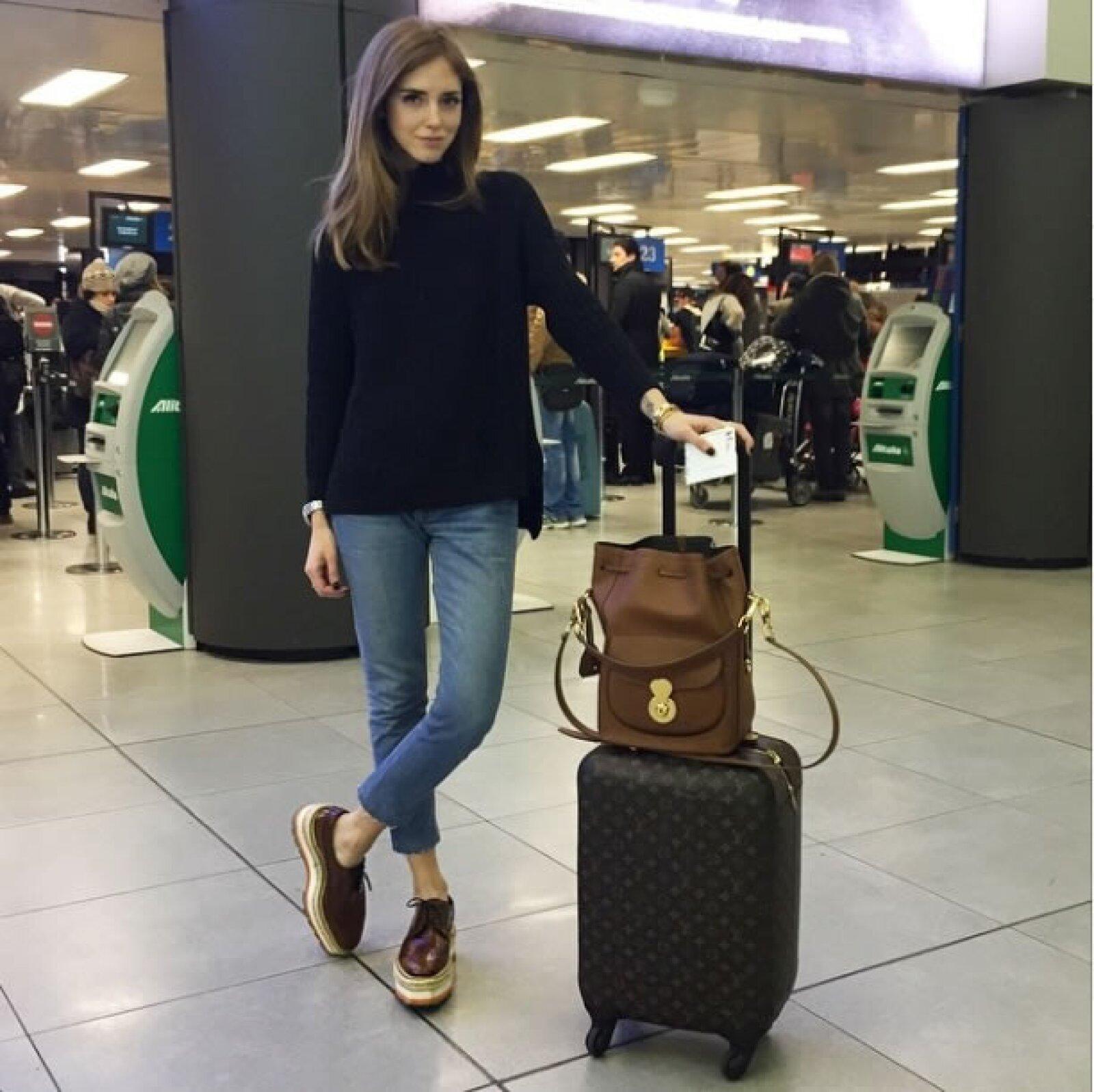 Sin duda alguna, la temporada más ocupada para cualquier blogger y editora es Fashion Week por lo que en esta ocasión optó por un look muy sencillo al llevar jeans Levis, un suéter negro de Anine Bing, flatforms Prada, y la backpack Ricky de Ralph Lauren.