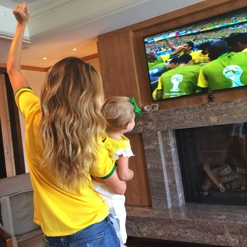 Gisele y su pequeña Vivienne apoyando a Brasil vs Chile hace una semana.