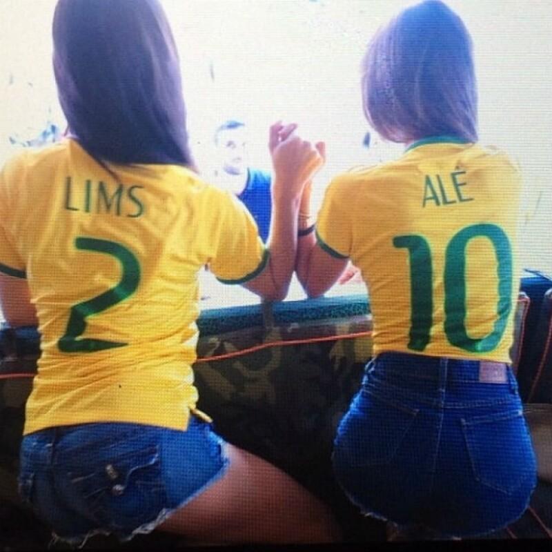 Así vivieron la emoción del partido pasado Adriana Lima y Alessandra Ambrosio.