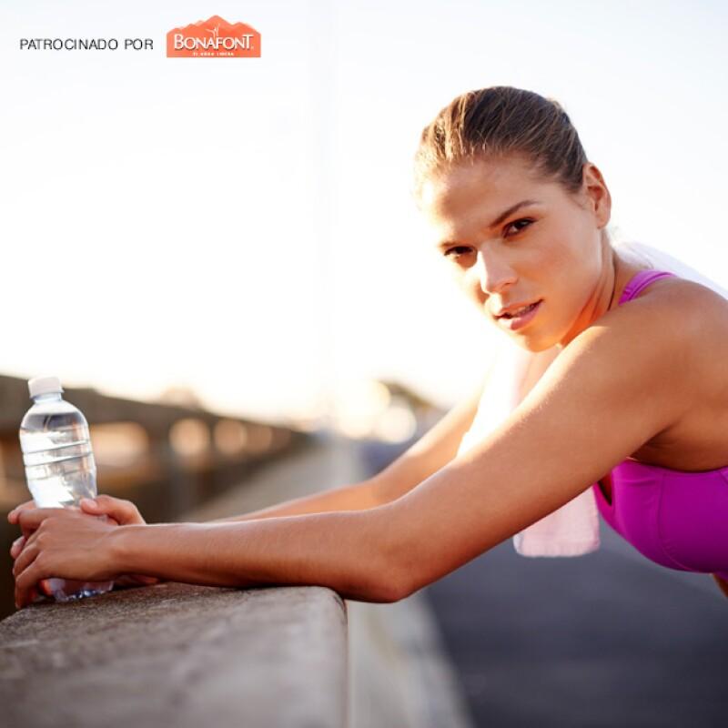 El agua es muy importante para el cuidado de la piel y evitar esas arrugas incómodas, además de otros beneficios como permanecer energizada todo el día.