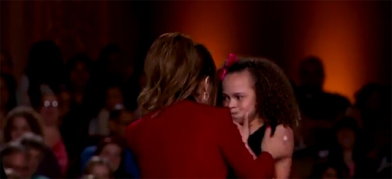 La cantante abrazó a una pequeña tras su gran desempeño con una coreografía, haciendo que ésta se pusiera nerviosa y vomitara sobre ella.