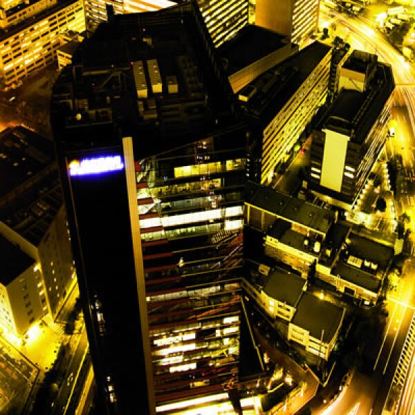 La ciudad milenaria es mezcla de tecnología y de costumbres. En la foto, edificios y autos en movimiento aun en altas horas de la noche.