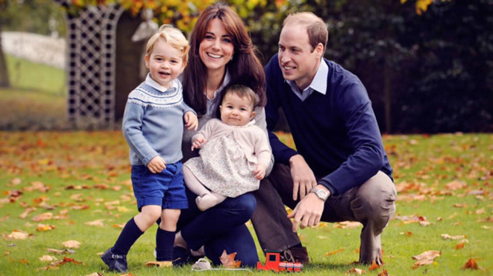 Los duques de Cambridge con sus hijos, George y Charlotte.