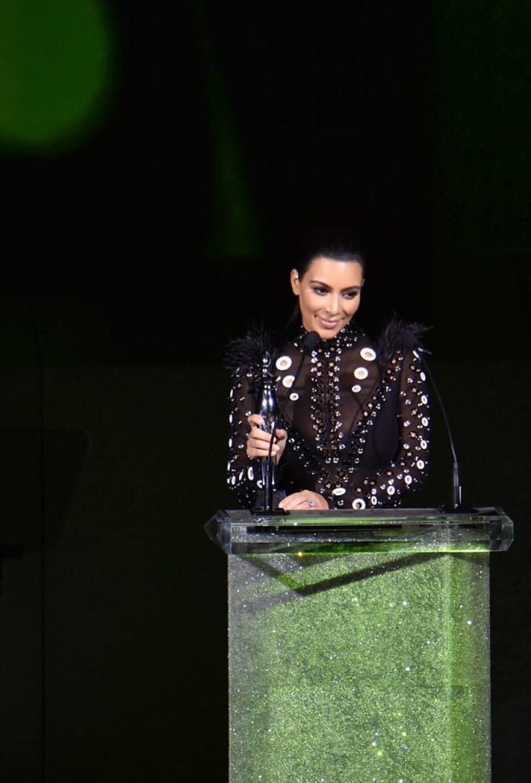 La estrella televisiva fue la encargada de presentar uno de los galardones durante la premiación.