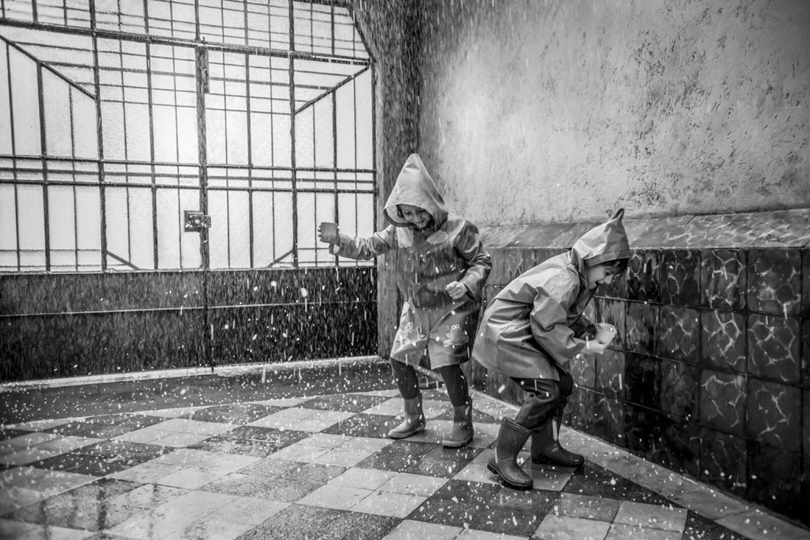 Pepe y Paco jugando en la lluvia.