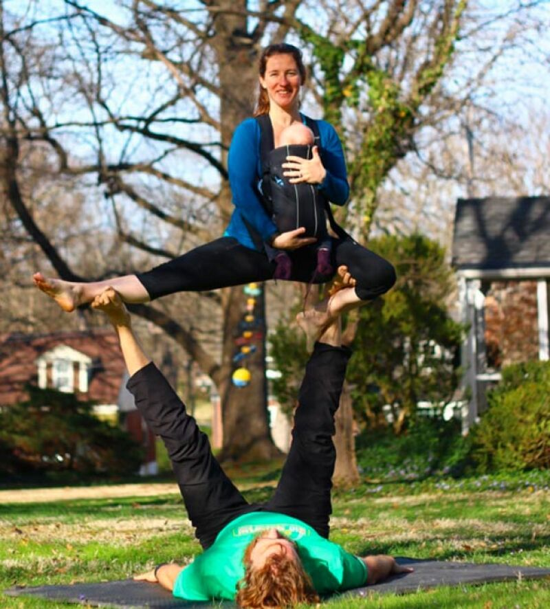 Actualmente, Lizzy y su esposo continúan practicando acroyoga junto con su bebé.