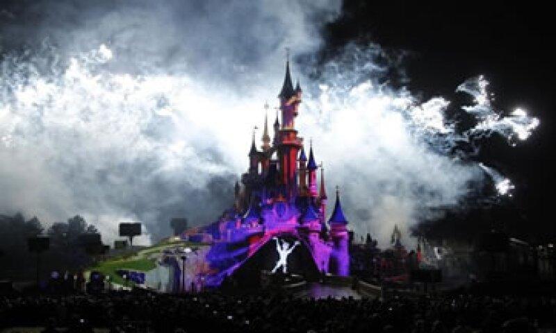 Disneyland Paris, que abrió en 1992 al este de la capital francesa, sufrió una fuerte caída de visitantes entre enero y junio de este año.   (Foto: Reuters)
