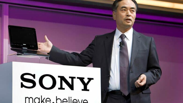 Hiroshi Yoshioka, presidente ejecutivo adjunto de Sony, presenta un prototipo de un reproductor portátil de 3D para uso sin lentes especiales.