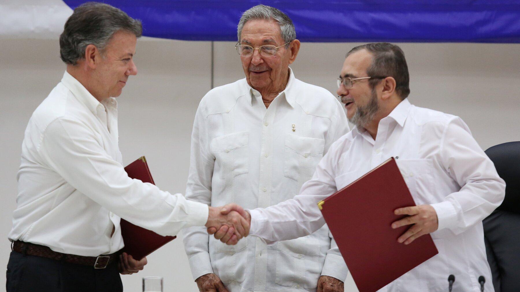 El presidente Juan Manuel Santos y el líder paramilitar Rodrigo Londoño, 'Timochenko', firmaron el acuerdo en La Habana.