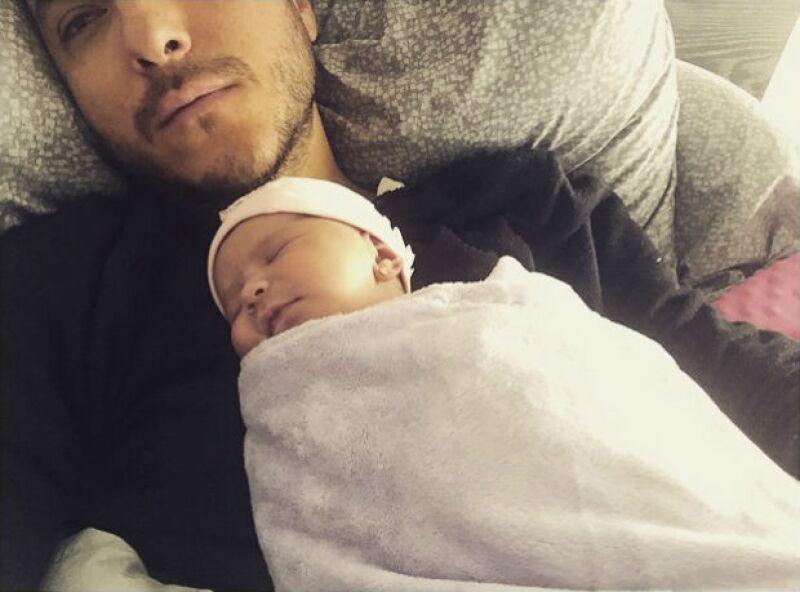 Como buen músico, el vocalista de Motel no desaprovecha la oportunidad para dedicar su talento a Martina, su recién nacida, quien ha venido a cambiar la vida del cantante y su esposa Manne Felici.