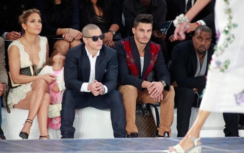 La cantante y actriz viajó a la Capital de la Moda para presenciar el desfile de Chanel, al cual acudió con su hija Emme, quien no lucía nada impresionada, y su novio Casper Smart.