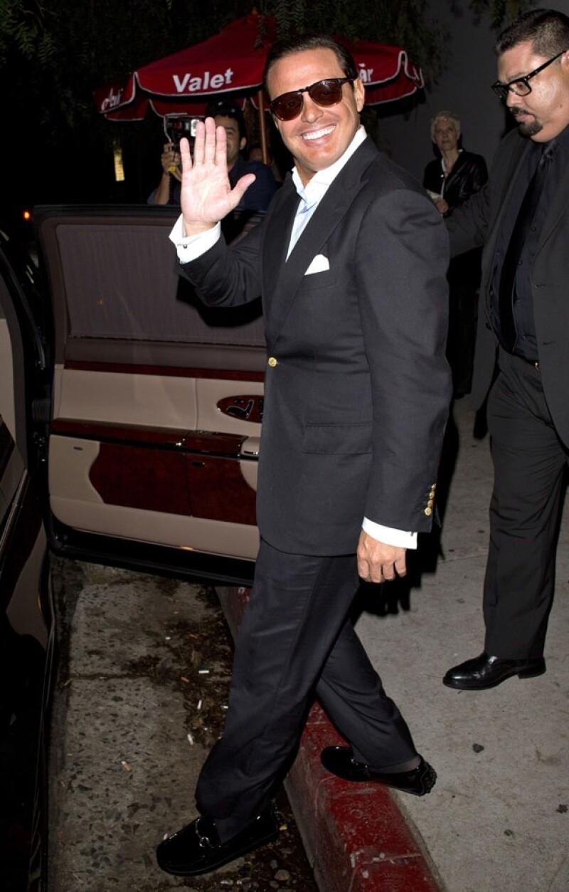 """El cantante mexicano fue fotografiado a su salida del exclusivo restaurante """"Acabar"""" en Hollywood. Cuando se disponía a abordar su auto, se detuvo un momento y posó a los fotógrafos."""