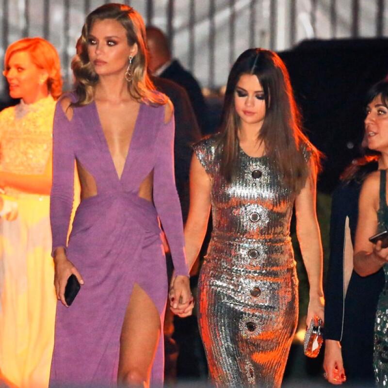 Selena fue acompañada de la modelo Josephine Skriver.