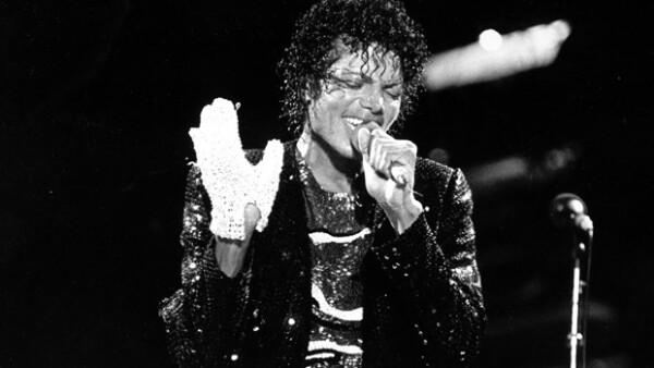 Michael Jackson usando el guante.