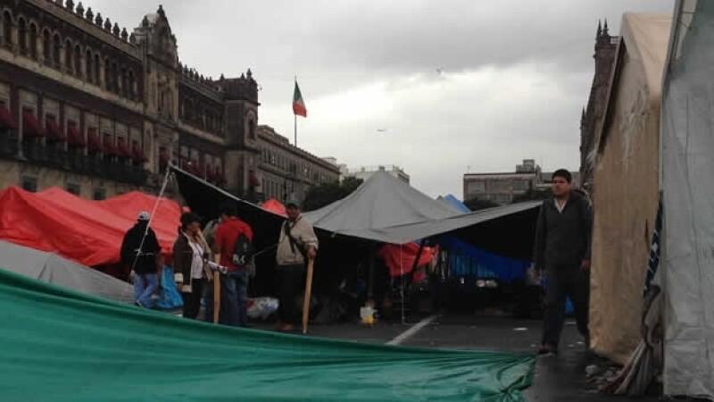 Tras vencer el plazo para desalojar el Zócalo, la Policía Federal avanza hacia las barricadas que instalaron manifestantes.