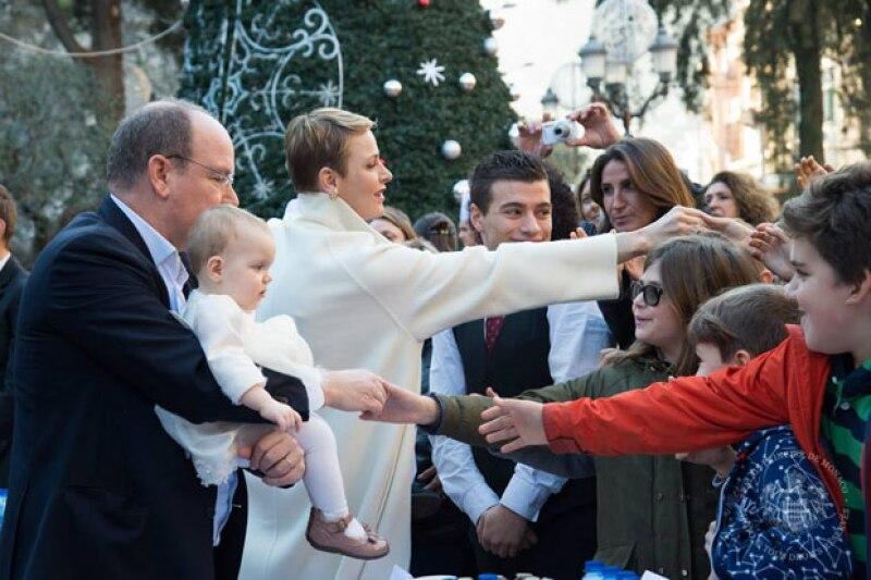 Los príncipes acercaron a sus hijos para que los niños pudieran saludarlos.