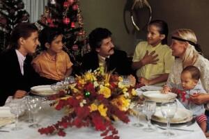 Luis Miguel, un amigo de la familia, Luis Rey, Alejandro, Marcela Basteri y Sergio durante la navidad de 1984 en México.