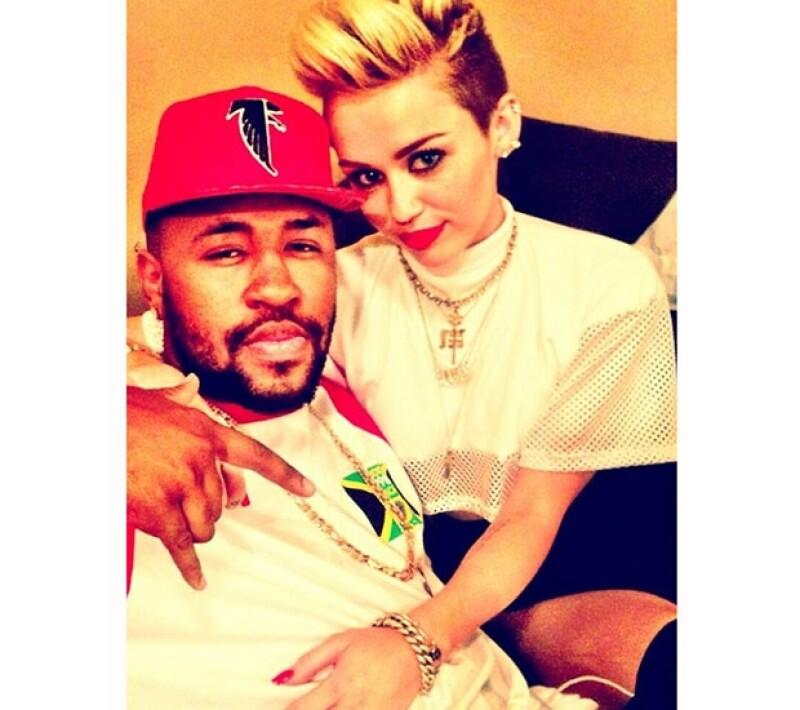 La cantante y su productor tienen una relación muy estrecha por lo que existen rumores de una probable relación amorosa entre ellos.